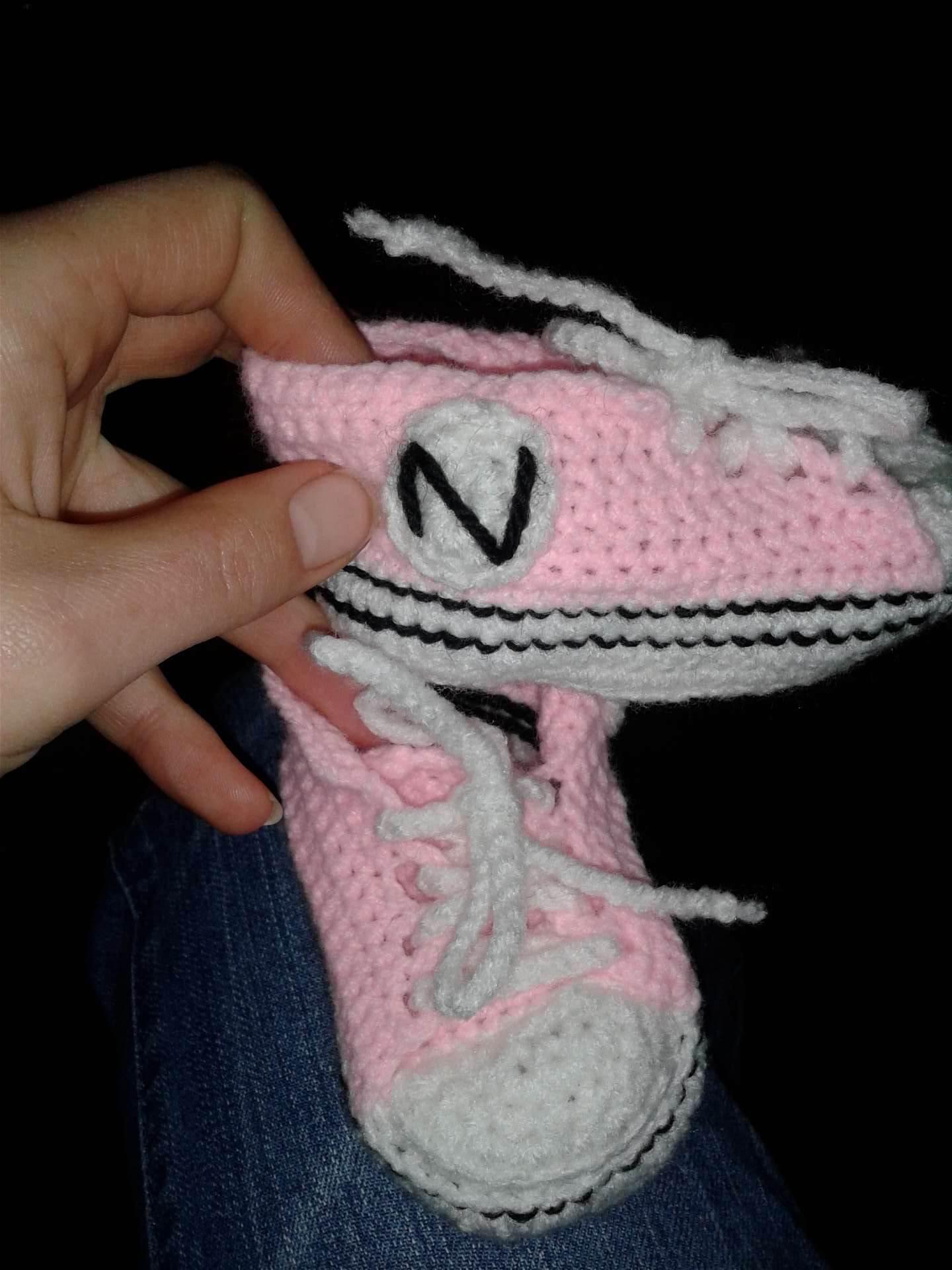Gehaakte babyschoenen allstars roze